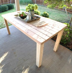Easy 2x4 projects. Rustic Farmhouse Table.