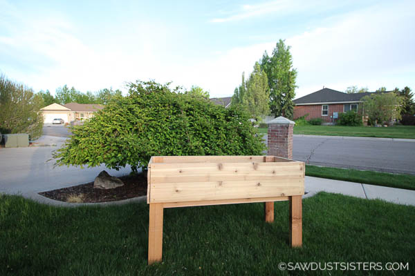 Raised garden beds can be expensive to buy, so building your own will save you some cash. And don't fret, this raised garden planter box is a beginner project you can tackle in one afternoon. The plans can be adjusted to fit whatever size you need. Who knew that building a planter box would be this easy?! Enjoy!
